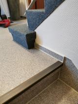Tarkett CV Design, Bodenbelag im Eingangsbereich eines privaten Treppenhauses verlegt, Treppenkantenprofile  von Dölken mit phosphoreszierende  (nachleuchtende ) Kante