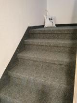 Alte Steintreppe im privaten Treppenhaus komplett mit Brillux Nadelvlies Achat Bodenbelag eingepackt bzw. verlegt