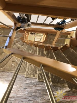 Treppenhauskopfwand 4.0,  Höhe 10,80 m drei  Treppenläufe, 24 Stufen mit 48 Befestigungsanker. Aufgabe ! Mustertapete tapezieren, leider nur 10,50 m die Rolle also oben mit einer ganzen Rolle anfangen, um alle Hindernisse herum arbeiten und als Dankeschön unten noch die fehlenden cm bei tapezieren.