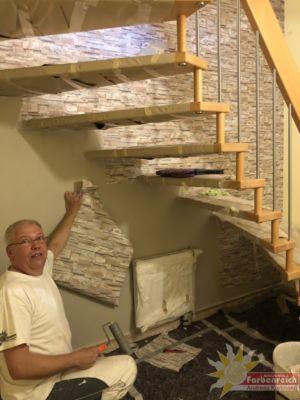 Treppenhauskopfwand 4,0,  Höhe 10,80 m drei  Treppenläufe, 24 Stufen mit 48 Befestigungsanker. Aufgabe ! Mustertapete tapezieren, leider nur 10,50 m die Rolle also oben mit einer ganzen Rolle anfangen, um alle Hindernisse herum arbeiten und als Dankeschön unten noch die fehlenden cm bei tapezieren.